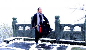 道长磨针井雪中演练丹剑